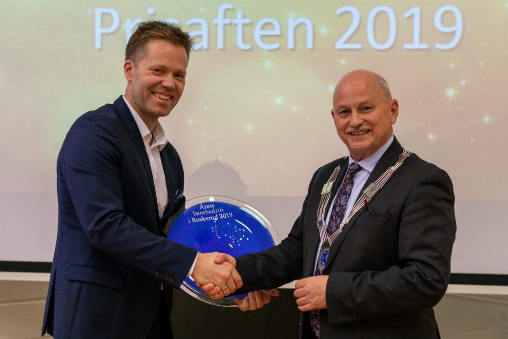 Anders Høiback tar imot prisen for årets lærebedrift